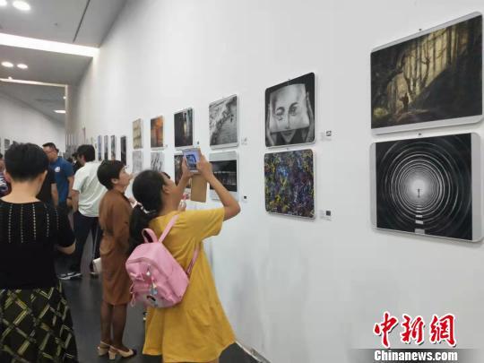 山西太原展出220余幅丝路国家摄影作品