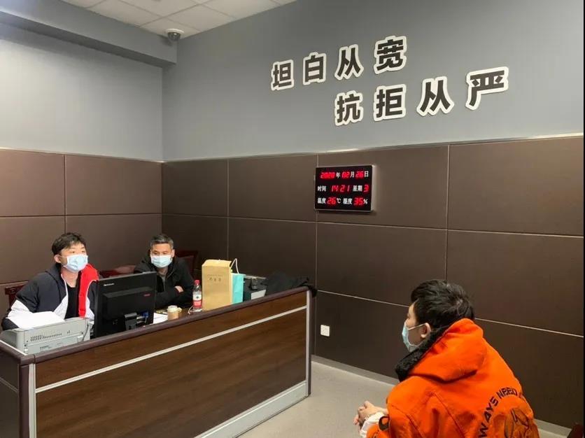 口罩诈骗案嫌犯试图用英语串供:以为警察英语不好