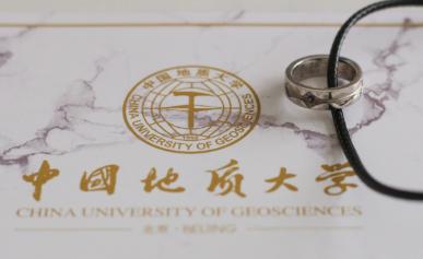 中国地质大学为毕业生定制宝石戒指