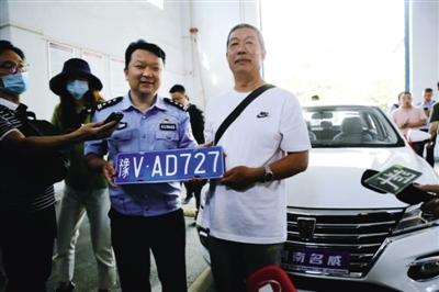 郑州进入机动车双号牌时代 发放豫V号牌5992副
