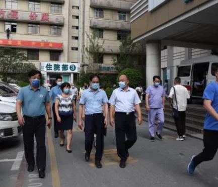 郑州大学纪委书记许东升一行到郑大二附院视察抗洪工作