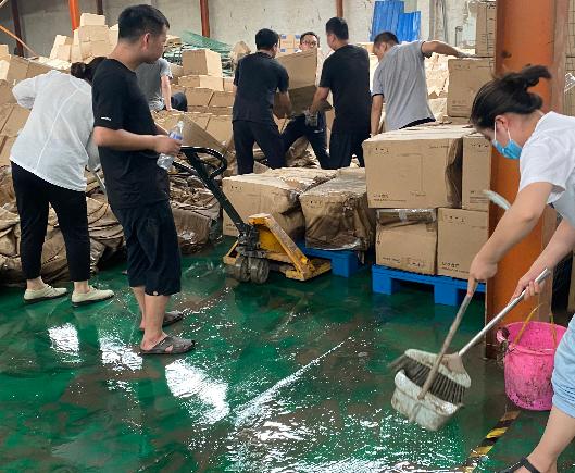 河南省消费者协会及省家电协会领导看望慰问因特大水灾受损的家电行业经销商